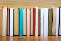 Bücher auf Schmutzholztisch-Schreibtischregal in der Bibliothek Zurück zu Schulhintergrund mit Kopienraum für Ihren Anzeigentext  Stockbilder