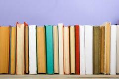 Bücher auf Schmutzholztisch-Schreibtischregal in der Bibliothek Zurück zu Schulhintergrund mit Kopienraum für Ihren Anzeigentext  Stockfoto