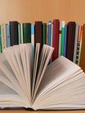 Bücher auf Tabelle Stockfotos