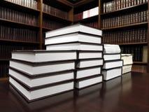 Bücher auf Tabelle in der Bibliothek Lizenzfreie Stockfotografie