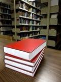 Bücher auf Tabelle in der Bibliothek Stockbild