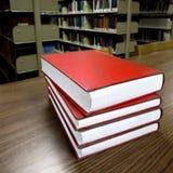 Bücher auf Tabelle in der Bibliothek Lizenzfreie Stockbilder