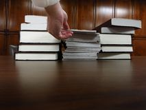 Bücher auf Tabelle in der Bibliothek Stockfoto
