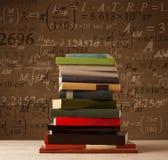 Bücher auf Weinlesehintergrund mit Matheformeln Stockfotos