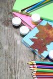 Bücher, Bleistifte und Ahornblatt Stockbild