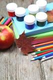 Bücher, Bleistifte und Ahornblatt Lizenzfreie Stockfotos