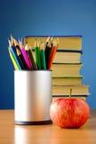Bücher, Bleistifte und Apfel auf der Tabelle Lizenzfreies Stockfoto
