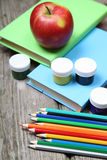 Bücher, Bleistifte und ein Apfel Lizenzfreie Stockbilder