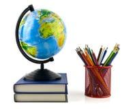 Bücher, Bleistifte und Kugel Stockfotos