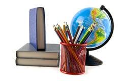 Bücher, Bleistifte und Kugel Stockbilder