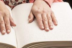 Bücher Blindenschrift Die Note Ihrer Fingerspitzen die Beschaffenheit des p Lizenzfreie Stockbilder
