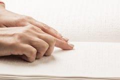 Bücher Blindenschrift Die Note Ihrer Fingerspitzen die Beschaffenheit des p Lizenzfreie Stockfotos