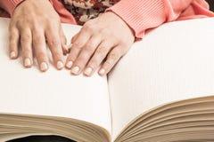 Bücher Blindenschrift Die Note Ihrer Fingerspitzen die Beschaffenheit des p Lizenzfreies Stockfoto