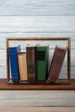 Bücher, bunte Bücher des gebundenen Buches auf Holztisch Zurück zu Schule Kopieren Sie Raum für Text Bildungsgeschäftskonzept abb Lizenzfreie Stockfotos