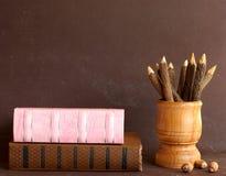 Bücher der alten Schule und hölzerne Bleistifte Lizenzfreie Stockfotografie