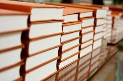 Bücher in der Bibliothek Stockbilder