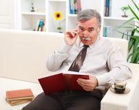 Bücher des älteren Mannes Lese Lizenzfreie Stockfotos