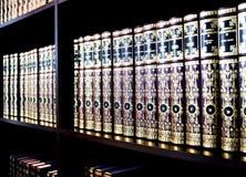 Bücher des Weinlesefesten einbands auf Regalen Stockbild