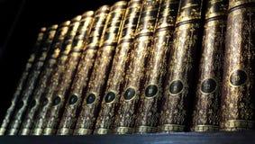 Bücher des Weinlesefesten einbands auf Regalen Stockbilder