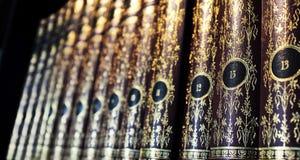 Bücher des Weinlesefesten einbands auf Regalen Stockfotos
