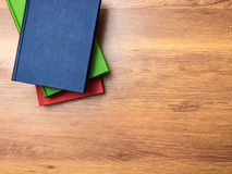 Bücher, die auf dem Tisch liegen Stockfotografie