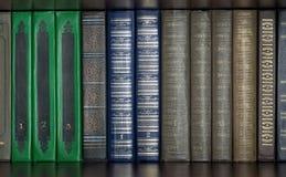 Bücher, die auf einem Regal stehen Stockbilder