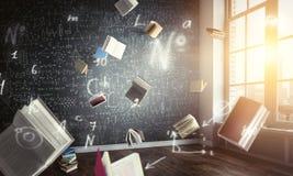 Bücher, die in einem Klassenzimmer frei schweben lizenzfreie stockfotos