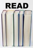 Bücher, die vertikal mit gelesen über ihnen stehen stockbilder