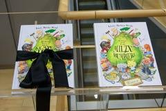 Bücher, die vom Königspaar von Dänemark für Nationalbibliothek von Lettland gespendet wurden stockfotos