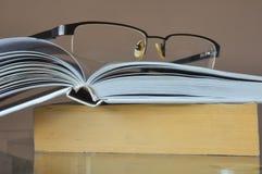 Bücher, die warten gelesen zu werden stockbild
