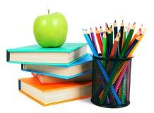 Bücher, ein Apfel und Bleistifte Auf weißem Hintergrund Stockbild