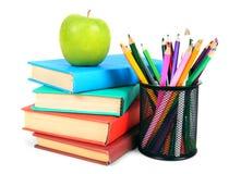 Bücher, ein Apfel und Bleistifte Auf weißem Hintergrund Stockbilder