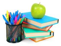 Bücher, ein Apfel und Bleistifte Auf weißem Hintergrund Lizenzfreie Stockfotografie