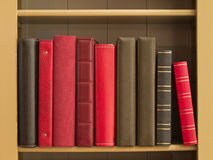 Bücher in einem Bücherregal stockbilder