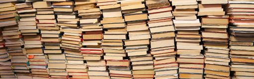 Bücher für Verkauf im benutzten Bücherregal Lizenzfreie Stockbilder