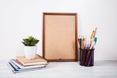Bücher, farbige Bleistifte und Malleinwand auf dem Tisch Lizenzfreie Stockfotos