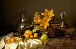 Bücher, Früchte und Blumen lizenzfreie stockfotografie