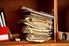 Bücher gehalten im Buchregal Lizenzfreies Stockfoto