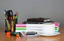 Bücher, gesetzter Büroartikel des Taschenrechners und Kaffeetasse izlirovano stockfotos