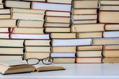 Bücher Hintergrund, Gläser und Notizbuch auf weißem Holztisch stockfoto