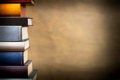 Bücher im Bücherregal stockfotos