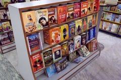 Bücher im Buchregal/im Schaukasten Stockbild