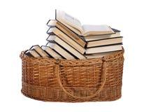 Bücher im Korb Stockbilder