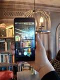 Bücher im Telefon lizenzfreies stockfoto
