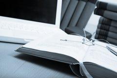 Bücher, Laptop und Spezifikt. stockfotos