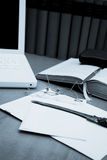 Bücher, Laptop und Spezifikt. lizenzfreie stockfotos