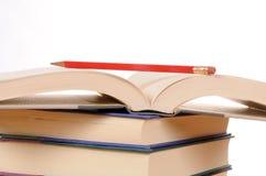 Bücher mit Bleistift Stockfotos