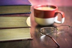 Bücher mit einem Tasse Kaffee Stockfoto