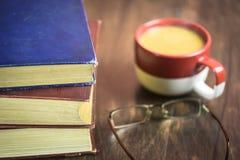 Bücher mit einem Tasse Kaffee Lizenzfreie Stockfotografie