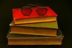 Bücher mit Gläsern Stockbilder